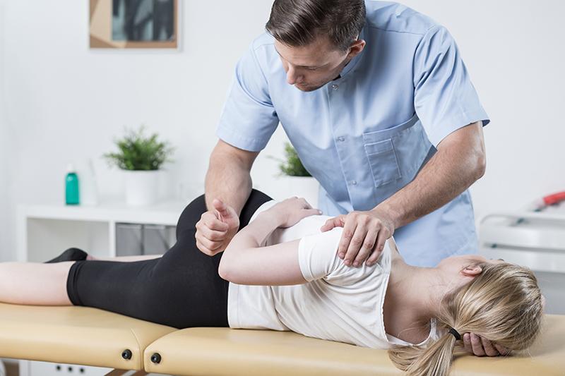 Fysioterapialla voidaan saada helpotusta monenlaisiin vaivoihin, kuten selkäkipuihin